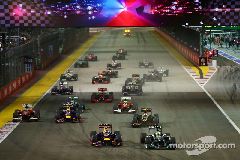 А вот в реальной гонке все оказалось для лидера сезона куда сложнее. Нико Росберг оттеснил пилота Red Bull от апекса первого поворота…