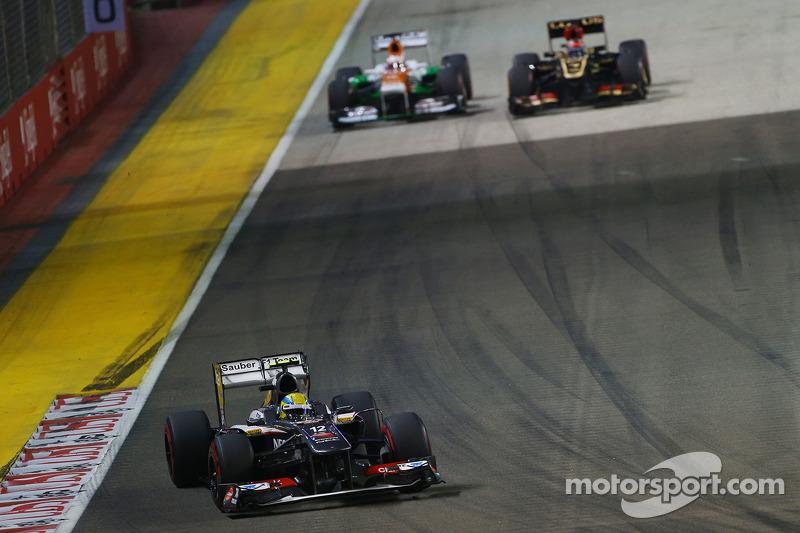 Кими Райкконен закончил первый круг на той же 13-й позиции, которую занимал на решетке. Но затем он быстро опередил Force India Пола ди Ресты (на фото) и Sauber Эстебана Гутьерреса