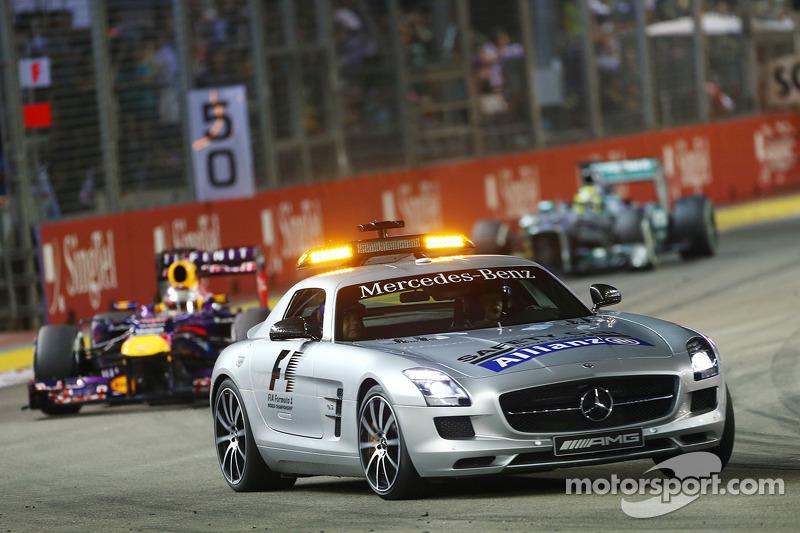 Гонщики Red Bull и Mercedes предпочли остаться на трассе, а практически все остальные поехали в боксы на второй пит-стоп. Из-за этого Алонсо опустился с третьего места на пятое, пропустив Уэббера и Хэмилтона