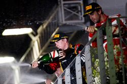 De als derde gefinishte Kimi Raikkonen, Lotus F1 Team en de als tweede gefinishte Fernando Alonso, F