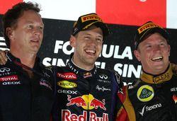 Podium: Sieger Sebastian Vettel mit Christian Horner und Kimi Räikkönen