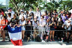 Fans esperando afuera de la entrada de paddock
