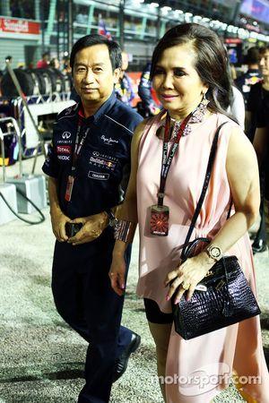 Chalerm Yoovidhya, Red Bull Racing copropietario con su esposa en la parrilla