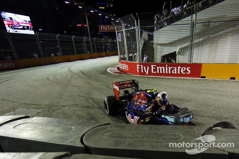 Размеренный ход гонки на 24-м круге нарушил Даниэль Риккардо. Австралиец из Toro Rosso разбил машину на входе в тоннель, подтвердив, что Гран При Сингапура не может пройти без выезда автомобиля безопасности
