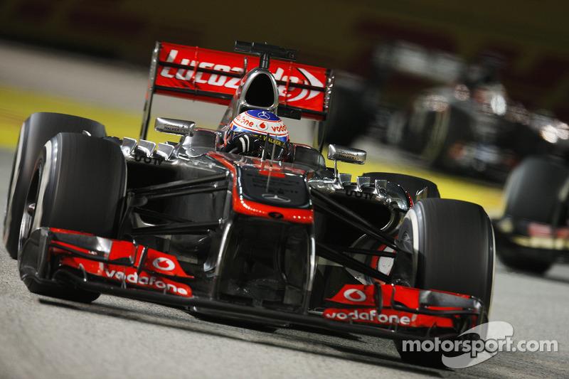 Дженсон Баттон стал третьим, но его McLaren по пятам преследовал Кими Райкконен