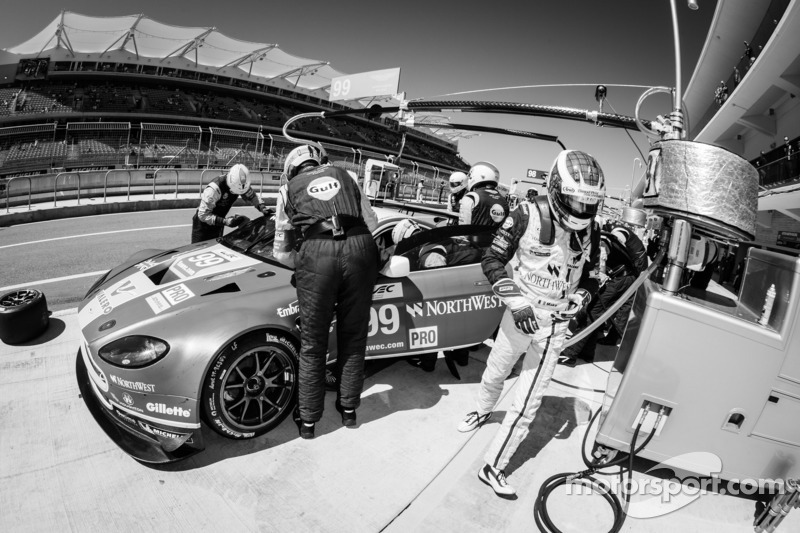 Pit stop for #99 Aston Martin Racing Aston Martin Vantage V8: Bruno Senna, Frédéric Makowiecki
