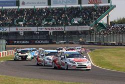 Yvan Muller, Chevrolet Cruze 1.6T, RML, à frente de Tom Chilton, Chevrolet Cruze 1.6 T, RML