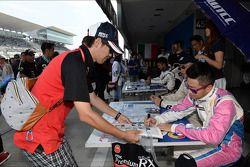 Handtekeningensessie, Henry Ho Wai Kun, BMW 320si, Liqui Moly Team Engstler