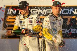 GT pódio: champanhe para Antonio Garcia e Jan Magnussen