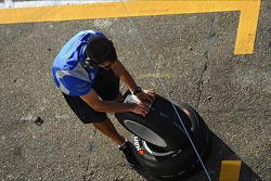 Teamlid CARLIN haalt de stukken rubber van de band