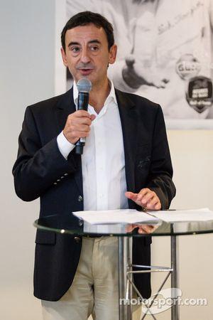 Amerikaanse coureurs bij het Le Mans-evenement: ACO President François Fillon maakt Dick Thompson on