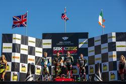 Saturday corrida pódio: primeiro lugar Tom Sykes, segundo lugar Chaz Davies, terceiro lugar Eugene