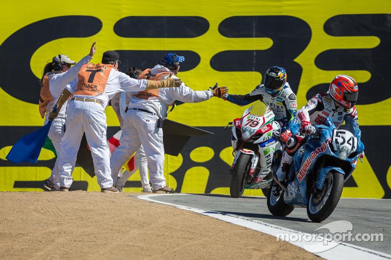 Marshals vieren het einde van de race met Blake Young