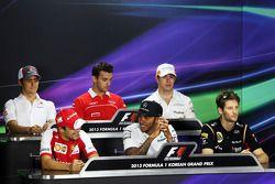 Esteban Gutiérrez, Sauber; Jules Bianchi, Marussia F1 Team; Paul di Resta, Sahara Force India F1; Felipe Massa, Ferrari; Lewis Hamilton, Mercedes AMG F1; Romain Grosjean, Lotus F1 Team en la conferencia de pilotos