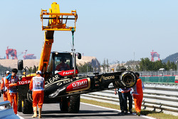 Lotus F1 E21, Kimi Raikkonen, Lotus F1 Team is recovered back to pit stop, back, a tırı after he kazaed, end, first practice session