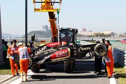 Lotus F1 E21, Kimi Raikkonen, Lotus F1 Team is recovered back to pit stop, back, a tırı after he kaz