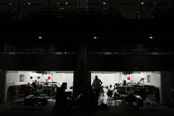 McLaren pit garajıs, night