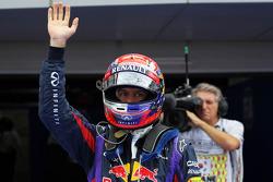 Sebastian Vettel, Red Bull Racing pole pozisyonunu kutluyor kapalı park
