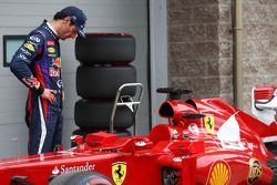 Mark Webber looks at Fernando Alonso's Ferrari