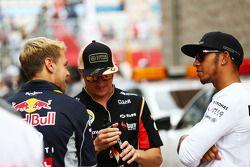 Sebastian Vettel, Red Bull Racing con Kimi Raikkonen, Lotus F1 Team y Lewis Hamilton, Mercedes AMG F