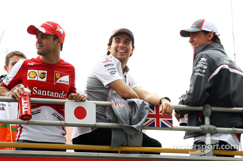 (L naar R): Felipe Massa, Ferrari met Sergio Perez, McLaren en Esteban Gutierrez, Sauber bij de rijdersparade