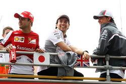 Felipe Massa, Ferrari con Sergio Pérez, McLaren y Esteban Gutiérrez, Sauber en el desfile de pilotos