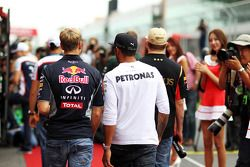Sebastian Vettel, Red Bull Racing y Lewis Hamilton, Mercedes AMG F1 en el desfile de pilotos