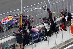 Yarış galibi Sebastian Vettel, Red Bull Racing RB9 kutlama yapıyor past his team, end, race