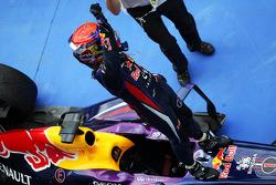 Yarış galibi Sebastian Vettel, Red Bull Racing RB9 kutlama yapıyor kapalı park