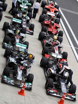 Lewis Hamilton, Mercedes AMG F1 W04 ve Nico Hulkenberg, Sauber C32 head field kapalı park