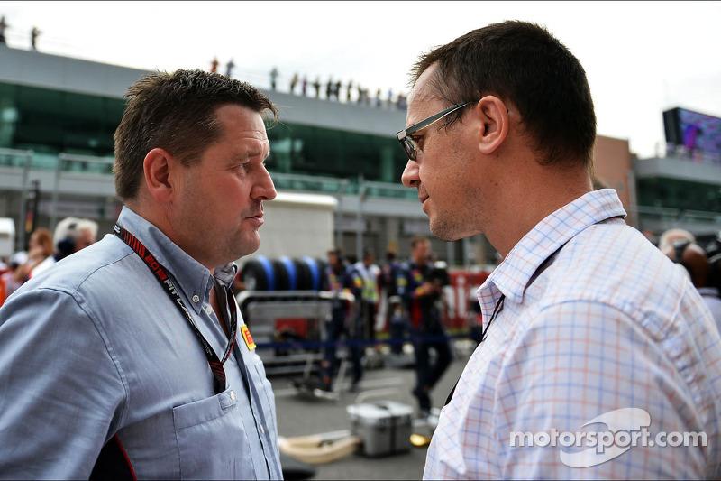 (L naar R): Paul Hembery, Pirelli Motorsport Director met Jonathan Noble, Autosport Journalist op de