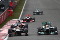 Sergio Pérez, McLaren MP4-28 et Lewis Hamilton, Mercedes AMG F1