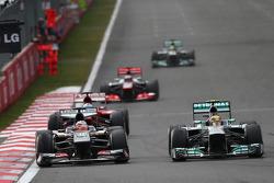 Sergio Perez, McLaren MP4-28 ve Lewis Hamilton, Mercedes AMG F1 W04