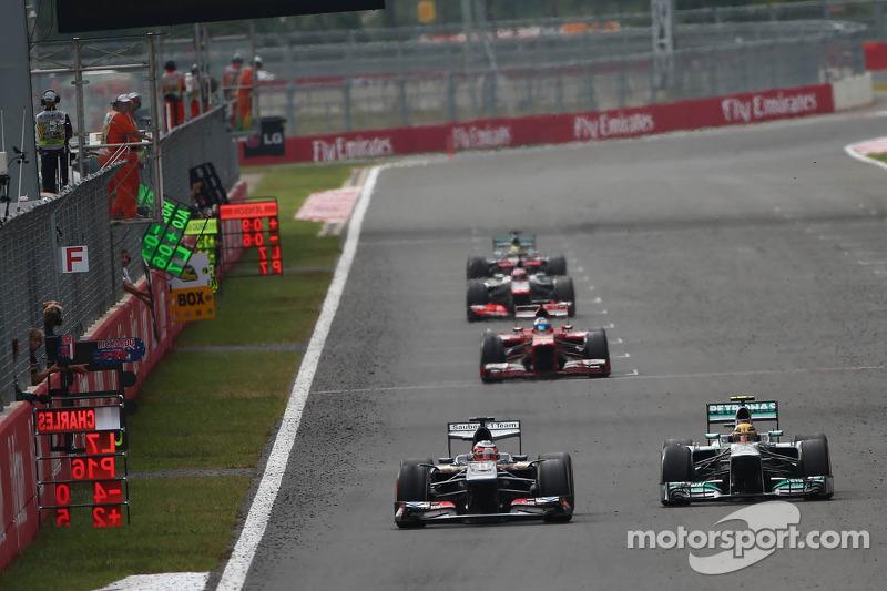 Sergio Pérez, McLaren MP4-28 y Lewis Hamilton, Mercedes AMG F1