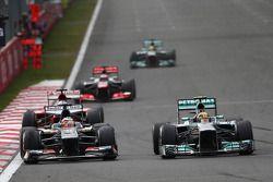 Nico Hulkenberg, Sauber y Lewis Hamilton, Mercedes AMG F1