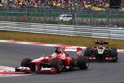 Fernando Alonso, Ferrari F138 leads Kimi Raikkonen, Lotus F1 E21