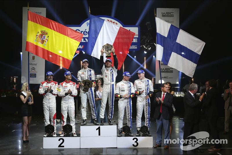Podium: ganadores Sébastien Ogier y Julien Ingrassia, segundo lugar Daniel Sordo y Carlos del Barri