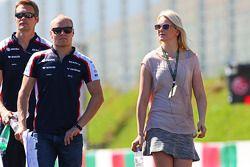 Valtteri Bottas, Williams avec sa petite amie Emilia Pikkarainen et l'équipe