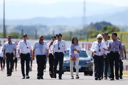 Delegados de la FIA, incluyendo a Gary Connely, administrador de FIA y CAMS; Charlie Whiting, Delegado de FIA; y Herbie Blash, Delegado de FIA, caminan por el circuito
