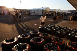 Sauber mechanic ve Pirelli lastiğis padok