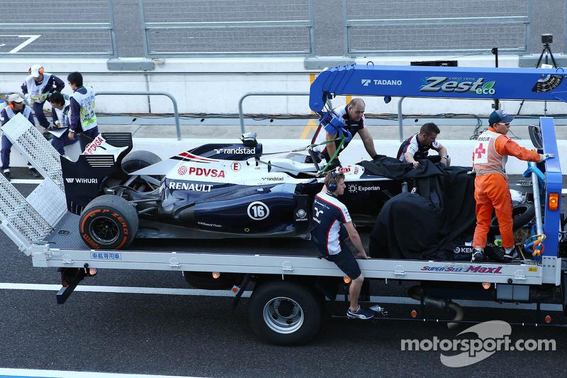 El FW35 Williams de Pastor Maldonado, es llevado a boxes en la parte trasera de un camión tras estrellarse en la segunda sesión de práctica