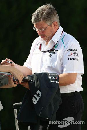 Ross Brawn, Mercedes AMG F1 Takım Patronu imza dağıtıyor