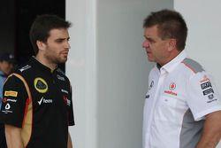 (G à D): Jerome d'Ambrosio, 3e pilote de Lotus F1 Team avec le Dr Aki Hintsa de McLaren