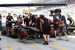 Romain Grosjean, Lotus F1 E21 anf Kimi Raikkonen, Lotus F1 E21 pit stop