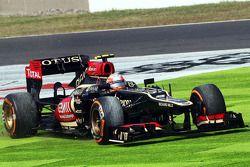Romain Grosjean, Lotus F1 E21 runs wide