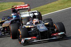 Nico Hulkenberg, Sauber C32 ve Daniel Ricciardo, Scuderia Toro Rosso STR8