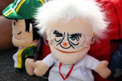 Bernie Ecclestone, CEO Formula 1 Group, eldiven kuklası