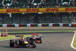 Mark Webber, Red Bull Racing RB9 lesds Sergio Perez, McLaren MP4-28