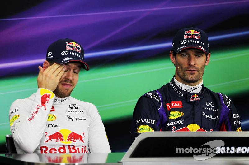 (L naar R): Sebastian Vettel, Red Bull Racing met teamgenoot Mark Webber, Red Bull Racing bij de FIA-persconferentie