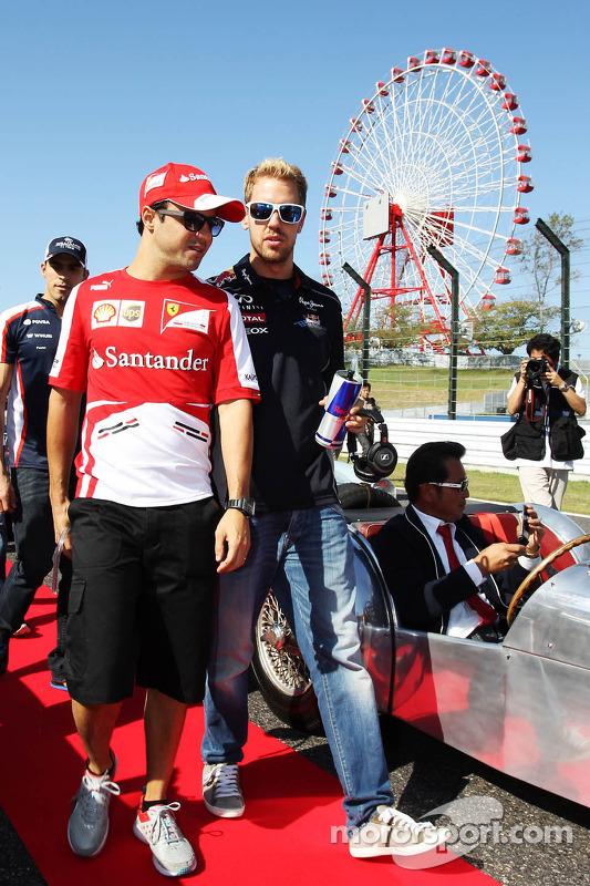 (Da esquerda para direita): Felipe Massa, Ferrari, e Sebastian Vettel, Red Bull Racing, no desfile dos pilotos
